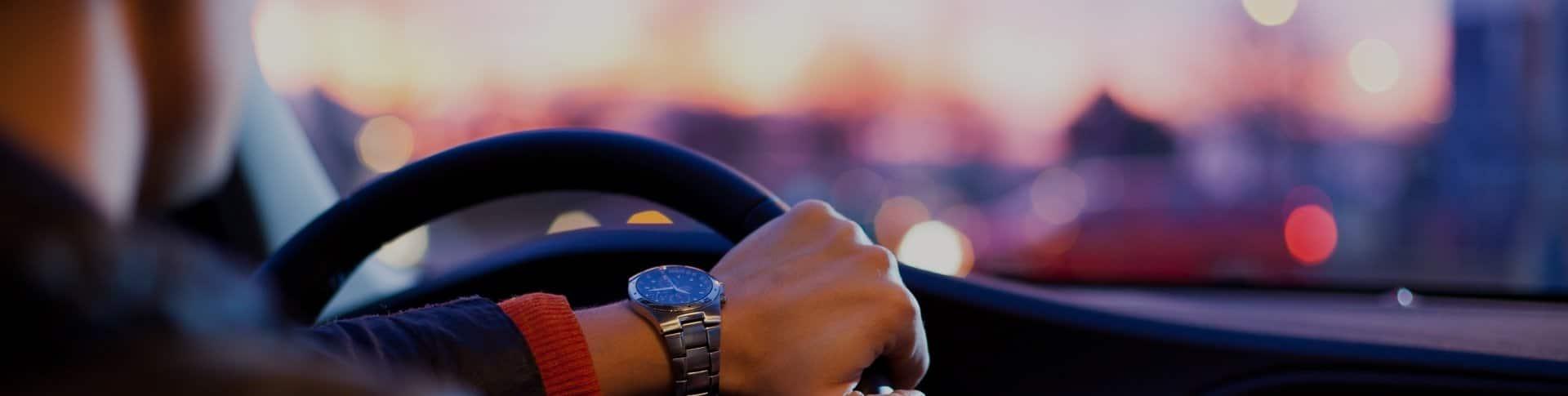 Imagen de alguien conduciendo un vehículo.